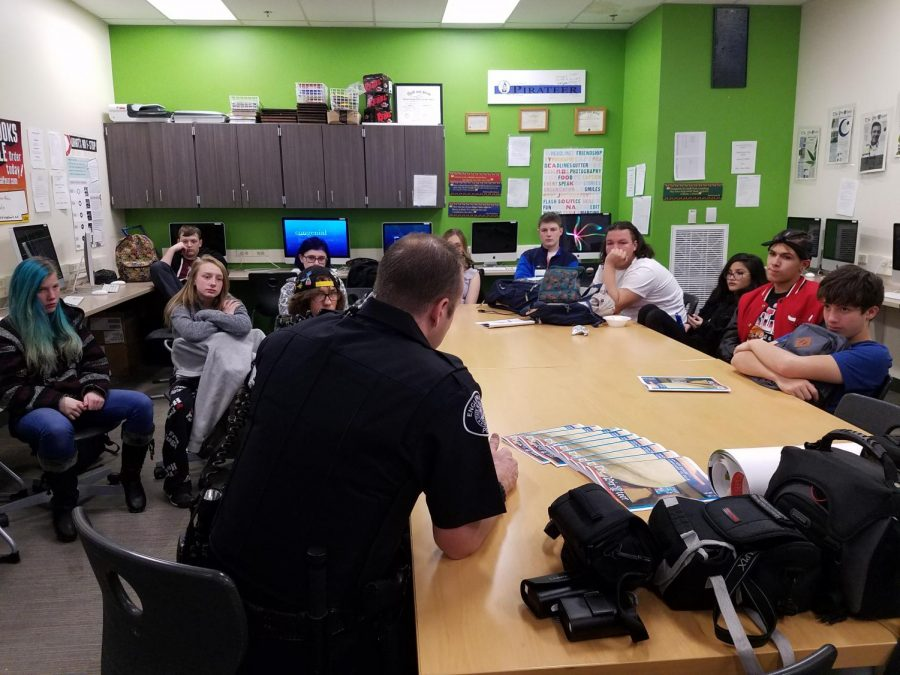 Officer+Watts+talks+to+journalism+students.+