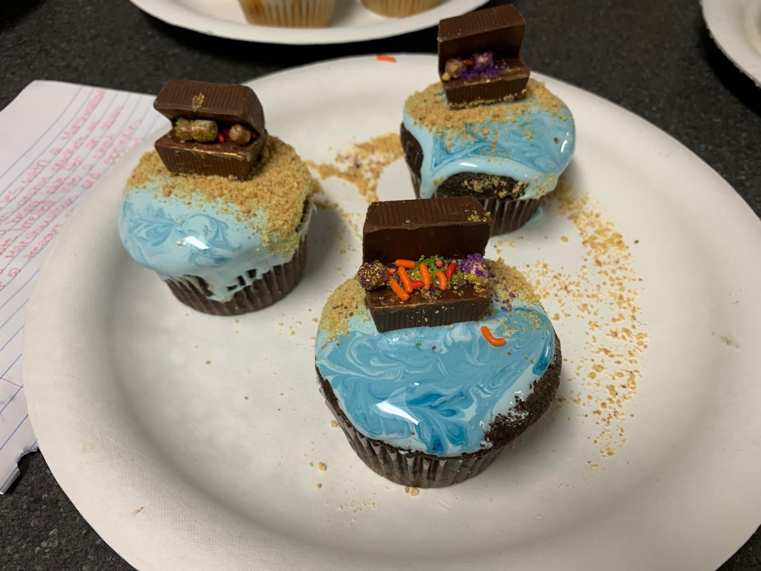 Students+follow+the+theme+of+Pirates+in+creating+a+Treasure+Chest+on+top+of+a+cupcake.+
